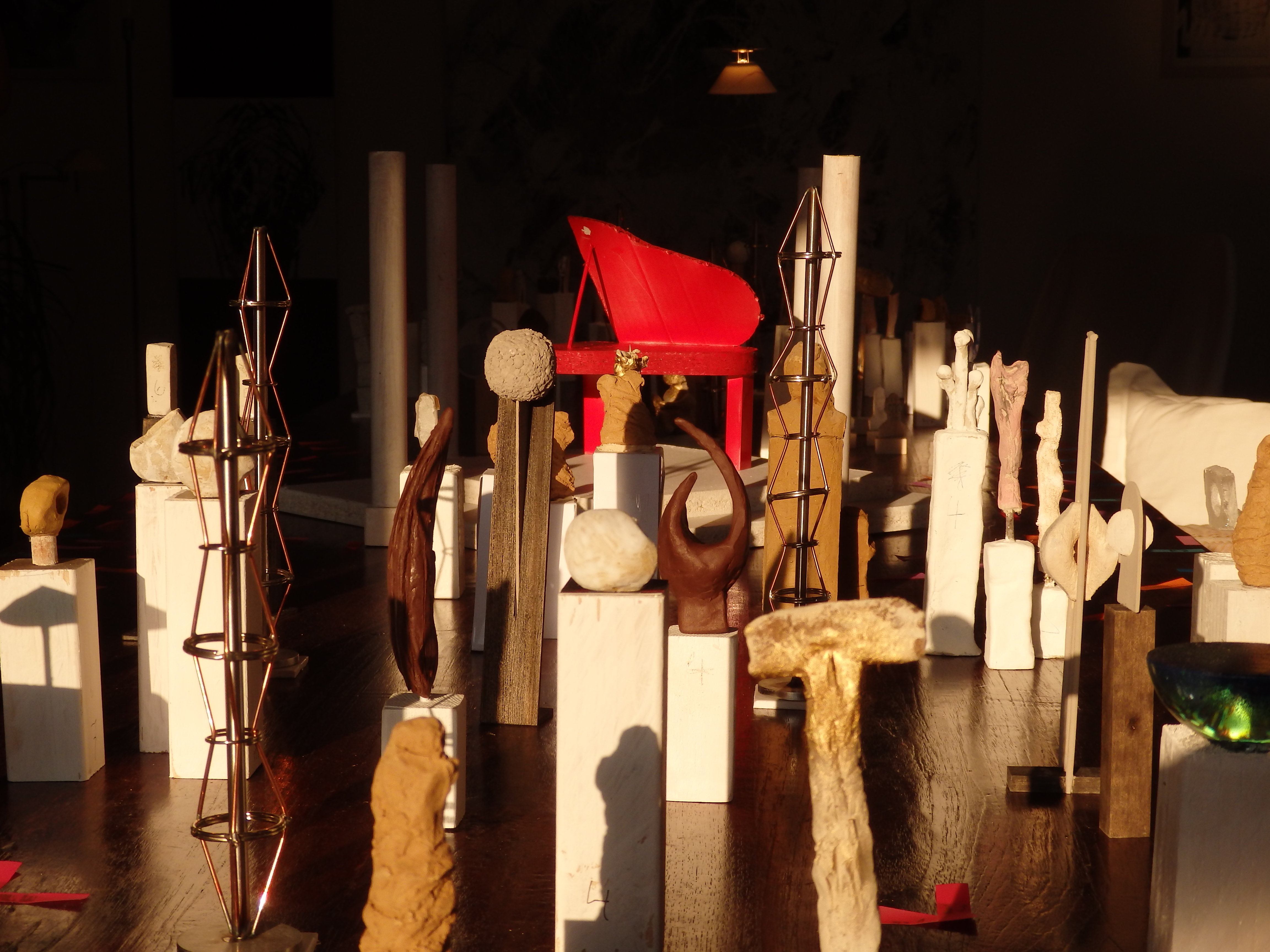 Skulpturen und der knallrote Steinway im ehemaligen Kuhstall. Modell 2015 (copyright: Brigitte Bergmaier)